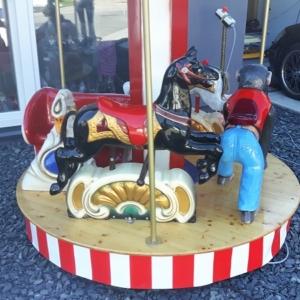 Kleines Kinderkarussell mit Pferden, Affe und Schwan